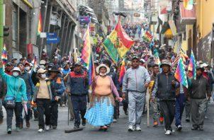 Cientos de simpatizantes del expresidente Evo Morales marchan en La Paz. Foto: EFE.