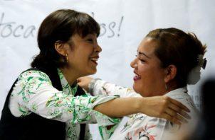 Las hermanas Jenifer de la Rosa Martín (c) y Ángela Johana Rendón Mercado (d), luego de confirmarse el parentesco por ADN, en Bogotá. Foto: EFE.
