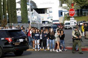 La escuela, que tiene más de 2,300 estudiantes, se mantiene cerrada desde que se dio la alerta del tiroteo, mientras que otros planteles estudiantiles de la zona también fueron cerrados por precaución. FOTO/AP