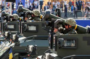 Soldados ucranianos con lanzamisiles antitanques Javelin estadounidenses durante un desfile militar en Kiev en 2018. Foto/ Gleb Garanich/Reuters.
