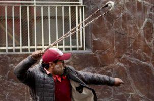 Seguidores del expresidente Evo Morales protestan en medio de gases lacrimógenos. Foto: AP.