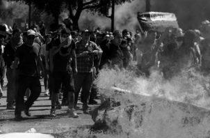 Protesta de chilenos por el alza en la tarifa del transporte. No se apaga fuego con la gasolina de la represión estatal, sino acudiendo de inmediato al diálogo, a la reflexión, a la apertura y a la conciliación. Foto: EFE.