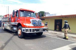 Dos carros de extinción y una ambulancia, trabajaron en el sitio, donde se evaluaron a dos personas. Foto: Thays Domínguez.