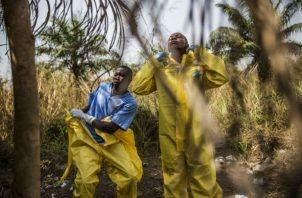 A investigadores les preocupa poder evitar nuevas epidemias. Trabajadores en Sierra Leona preparan el entierro de víctimas del ébola en 2015. Foto/ Bryan Denton para The New York Times.