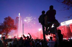 La crisis chilena, que cumple un mes el lunes, se detonó por una subida del precio del billete de metro y con los días se convirtió en un clamor popular contra el desigual modelo económico del país, la represión y el Gobierno, que decretó el estado de emergencia y un toque de queda durante los primeros días.