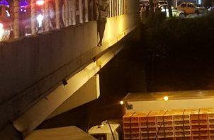 Los conductores de los camiones se colocaron bajo el puente de Vacamonte, mientras los policías trataban de convencer al sujeto de que no se lanzara. Foto @TraficoCPanama