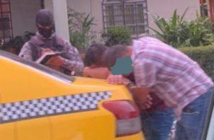 Los uniformados dan con el taxi y los ocupantes en una barriada próxima al local comercial, siendo aprehendidos y dan parte a las autoridades del Ministerio Público.