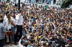 """Guaidó añadió que Áñez se mostró """"muy contenta"""" al conocer de la manifestación en la Embajada, que era custodiada por funcionarios de la Policía Nacional Bolivariana (PNB) y no fue recibida por diplomáticos bolivianos."""