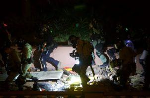 La policía con equipo antidisturbios se trasladó al campus de la Universidad Politécnica de Hong Kong. FOTO/AP