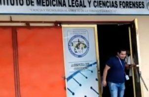 La menor en compañía de sus padres acudió al Instituto de Medicina Legal y Ciencias Forenses. Foto/Mayra Madrid
