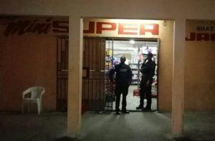 Los dueños del local se defendieron y lograron herir a uno de los asaltantes en el área del abdomen. Foto/Diómedes Sánchez