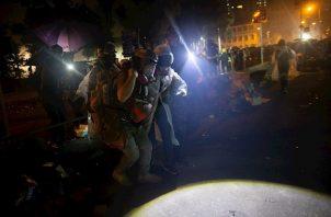 Los inconformes pasaron días fortificando el complejo universitario para impedir el acceso de la policía. El lunes, arrinconados por las autoridades, intentaban salir.
