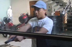 El individuo amenazó a la recepcionista del local, exigiéndole que lo llevara a la caja fuerte.
