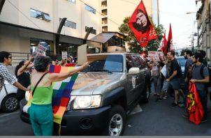 Manifestantes rechazan la presencia del secretario general de la OEA, Luis Almagro, en Asunción. Foto: EFE.