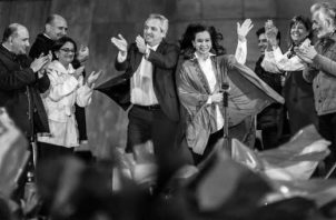 Alberto Fernández logró el 47,65% de los votos, frente al 32,08% que obtuvo el actual mandatario Mauricio Macri. Fernández aparece junto a Cristina Kirchner. Foto: EFE.
