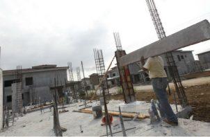 La demanda local de cemento se ha visto impactada por la caída en la construcción. Archivo