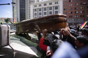 Manifestantes colocan un féretro sobre un vehículo militar en La Paz (Bolivia). FOTO/EFE