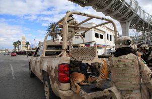 Efectivos del Ejército Mexicano permanecen a la expectativa, este jueves, cerca del consulado de Estados Unidos en la fronteriza Ciudad Juárez, en el estado de Chihuahua (México) FOTO/EFE