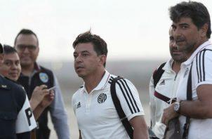 Marcelo Gallardo (c) a la llegada del técnico argentino a Lima donde River Plate jugará la final contra el Flamengo. Foto AP
