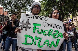 Manifestantes se reúnen, en el hospital San Ignacio donde es atendido Dylan Cruz, de 18 años, quien fue herido de gravedad en la cabeza al ser alcanzado por una bomba aturdidora disparada por la policía antimotines durante una marcha, en Bogotá.