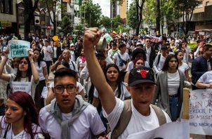 """El pasado 16 de noviembre, cinco días antes del inicio de las protestas, Migración Colombia expulsó a seis venezolanos, dos mujeres y cuatro hombres, acusados de estar en el país """"realizando actividades que afectarían el orden público y la seguridad ciudadana""""."""