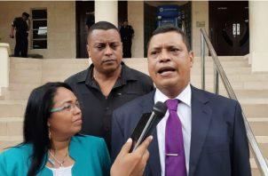 El abogado Abdiel González presentó la denuncia. Foto/ Víctor Arosemena.