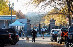 Los miembros de la División Uniformada del Servicio Secreto de EE. UU. Caminan fuera de la entrada noroeste de la Casa Blanca, ya que el complejo tiene la orden de refugiarse en el lugar luego de una supuesta violación del espacio aéreo en Washington, DC.