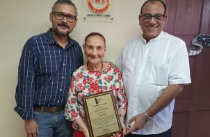 Daniel Domínguez, la Baby Torrijos y Edgar Soberón Torchía durante el acto de reconocimiento a la actriz, directora y productora de cine y teatro. Foto: Facebook