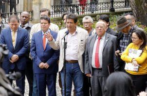 Los presidentes de la Central Unitaria de Trabajadores, Diógenes Orjuela (3-i), y de la Confederación General de Trabajadores (CGT), Julio Roberto Gómez (2-i), junto a otros directivos sindicales, hablan luego de reunirse en Palacio de Nariño con el presidente colombiano Iván Duque.FOTO/EFE