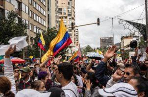 Cientos de personas participan de una concentración en el Parque Nacional, este miércoles en Bogotá (Colombia), durante el séptimo día de protestas en el país. FOTO/EFE