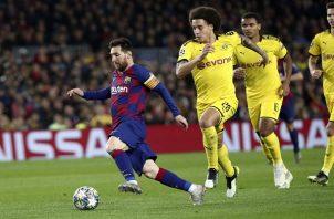 Messi conduce el balón ante la marca de jugadores del Dortmund . Foto:AP