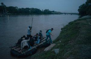 Migrantes guatemaltecos pobres pagan miles de dólares a contrabandistas. Entrando a México. Foto/ Antonio Rojas.