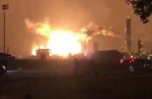 Todo el personal de la planta afectada fue evacuado y localizado, según un comunicado de PTC Group, y tres personas estaban siendo atendidas por lesiones. FOTO/TWITTER/ @DelmiroDeBarrio