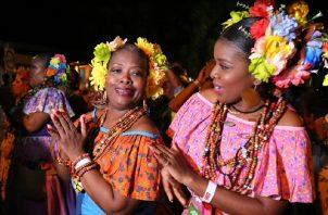 Llevan adornada su cabeza con flores de colores. Fotos: Cortesía MICI/MiCultura