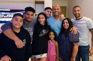 Mariano Rivera con todos sus hijos.