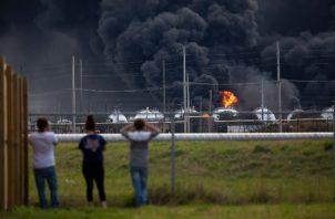 Dos explosiones masivas separadas por 13 horas atravesaron la planta química el miércoles, y una dejó varios trabajadores heridos. FOTO/AP