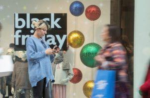 Cada vez más la gente opta por las compras por Internet durante el Black Friday.