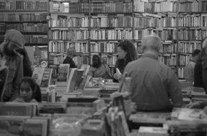 El libro es un objeto de arte que se convierte en mercancía apenas se le coloca el código de barra o ISBNS. Foto:EFE