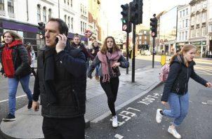 La Policía de la Ciudad de Londres urgió a la gente a alejarse de la zona. Foto/ AP