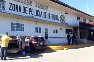 El comisionado Rolando Alonso, jefe de la zona policial de Herrera, indicó que con la acción se logró el decomiso del arma de fuego y las armas blancas con las cuales se intentaban agredir los internos.
