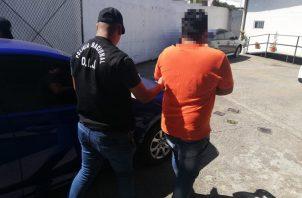 El supuesto estafador fue ubicado en una residencia de San Miguelito. Foto: Cortesía de la Policía Nacional.