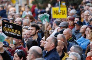 La gente realiza una protesta en La Valletta, Malta, contra el primer ministro por presunto caso de corrupción y por su posible implicación en el asesinato de una periodista. FOTO/AP