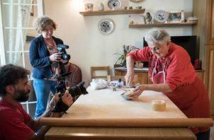Vicky Bennison, creadora de Pasta Grannies, graba clase sobre pasta en la cocina de Rosa Turri en Faenza, Italia. Foto/ Francesco Lastrucci.