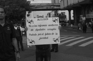 La juventud salió a las calles a protestar por el método de discusión utilizado por la Asamblea Nacional para aprobar las reformas, el pasado mes de noviembre. Foto: Víctor Arosemena. Epasa.