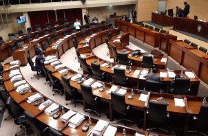 Las cuatro bancadas del parlamento se reunieron antes del inicio del proceso de ratificación. Foto: Francisco Paz.
