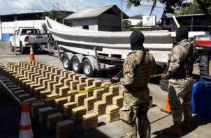 Al realizar la inspección se encontraron escondidas 500 kilos de droga. Se encontraban en la nave, tres hombres de nacionalidad colombiana.