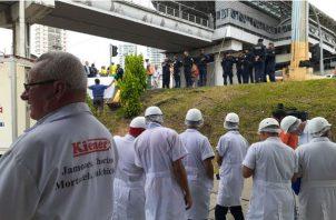 El dueño y empleados de la empresa se oponen a la demolición del muro. Foto/ Víctor Arosemena