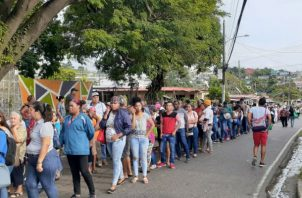 Largas filas en Pan de Azúcar. Foto: Víctor Arosemena