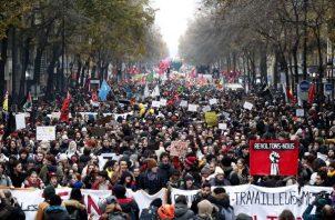Los sindicatos que representan a los trabajadores de ferrocarriles y transporte y muchos otros en el sector público han pedido huelga general y manifestación para protestar contra la reforma del sistema de pensiones del gobierno francés. FOTO/AP