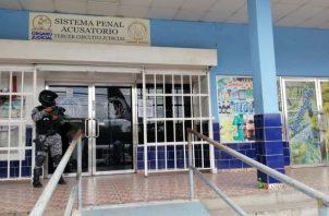 En espera de ser sometido a una audiencia de control de garantías en el Sistema Penal Acusatorio (SPA).